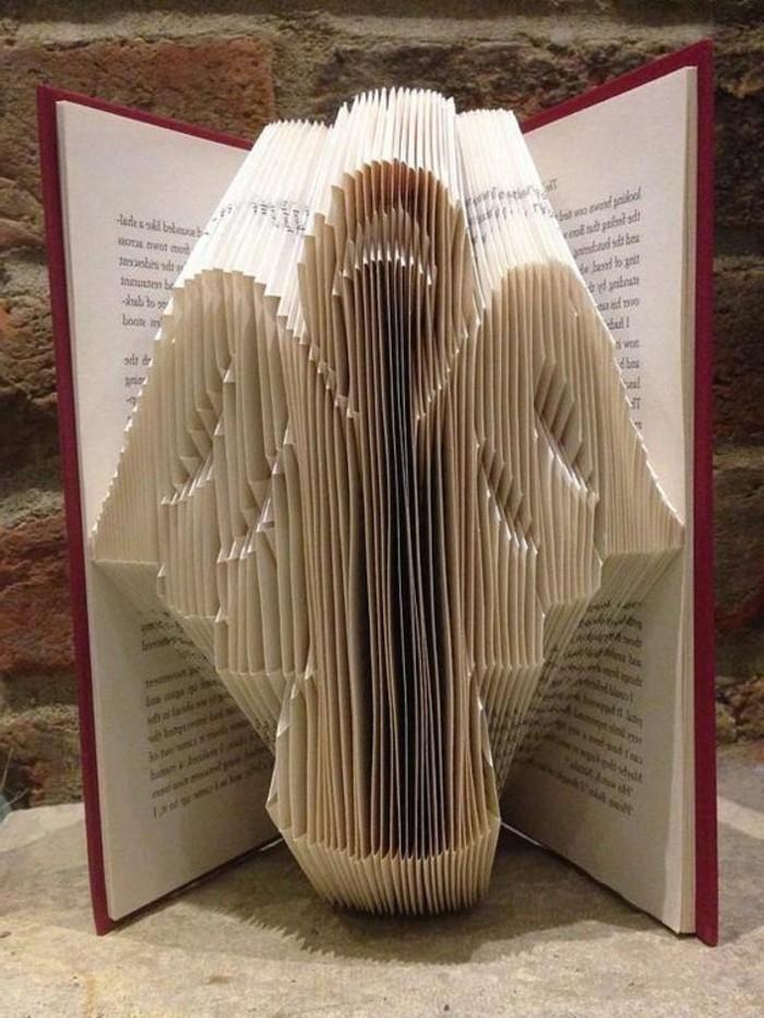 angelito hecho de plegado de libros, las mejores creaciones DIY con libros viejos, libro de artista DIy paso a paso