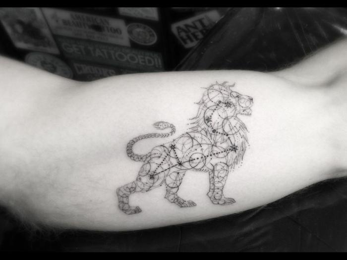 diseños de tatuajes que signifiquen fuerza y superacion, tatuaje león la constelación de estrellas de este signo zodiaco