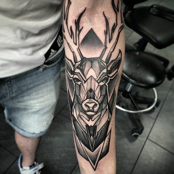 tatuaje ciervo en el antebrazo entero, significado de los tatuajes con ciervo, tatuajes que signifiquen fuerza y superacion