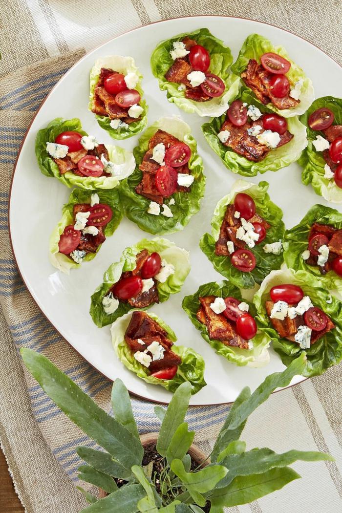 aperitivos navidad elegantes, barcos de lechuga con tomates cherry, queso blanco y tocino, ideas de entrantes ricos y fáciles de hacer