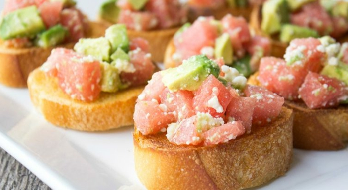 mini tostadas con tomates queso blanco y aguacate, aperitivos navidad originales y fáciles de hacer en casa en imagines