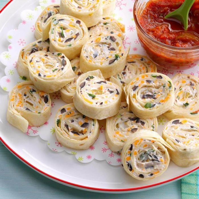 fotos de aperitivos sencillos y originales con algunas recetas, rollos de tortillas con crema de queso, maiz y aceitunas