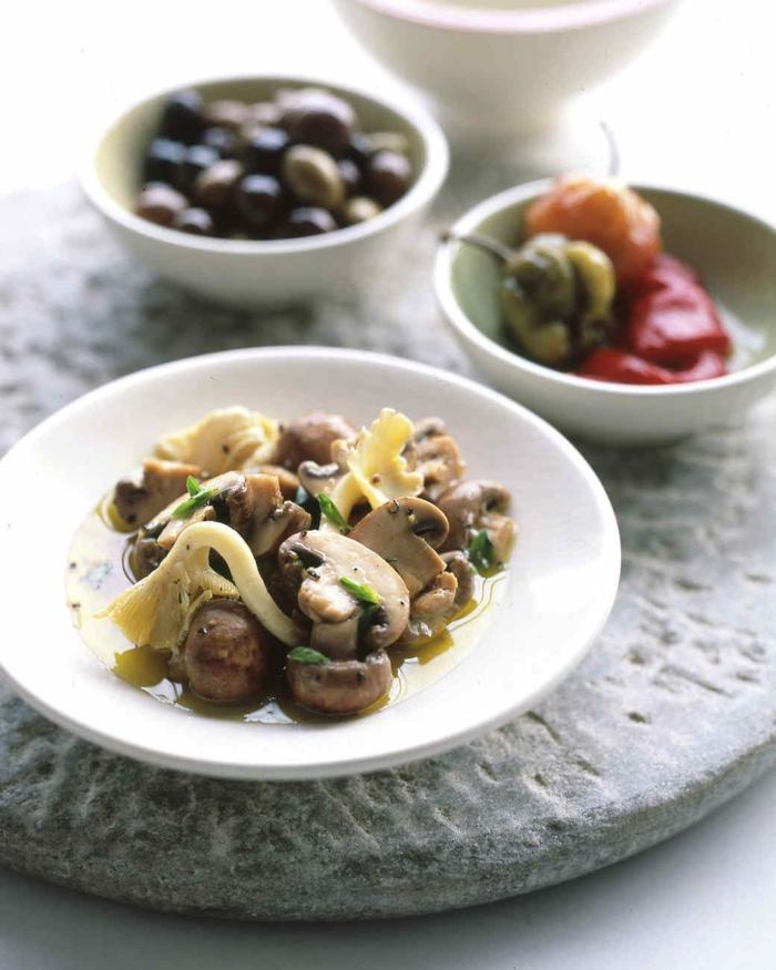 champiñones con marinada super ricas, aperitivos sencillos y originales, aceitunas negras y pimientos cocidos, originales ideas de comidas de verano