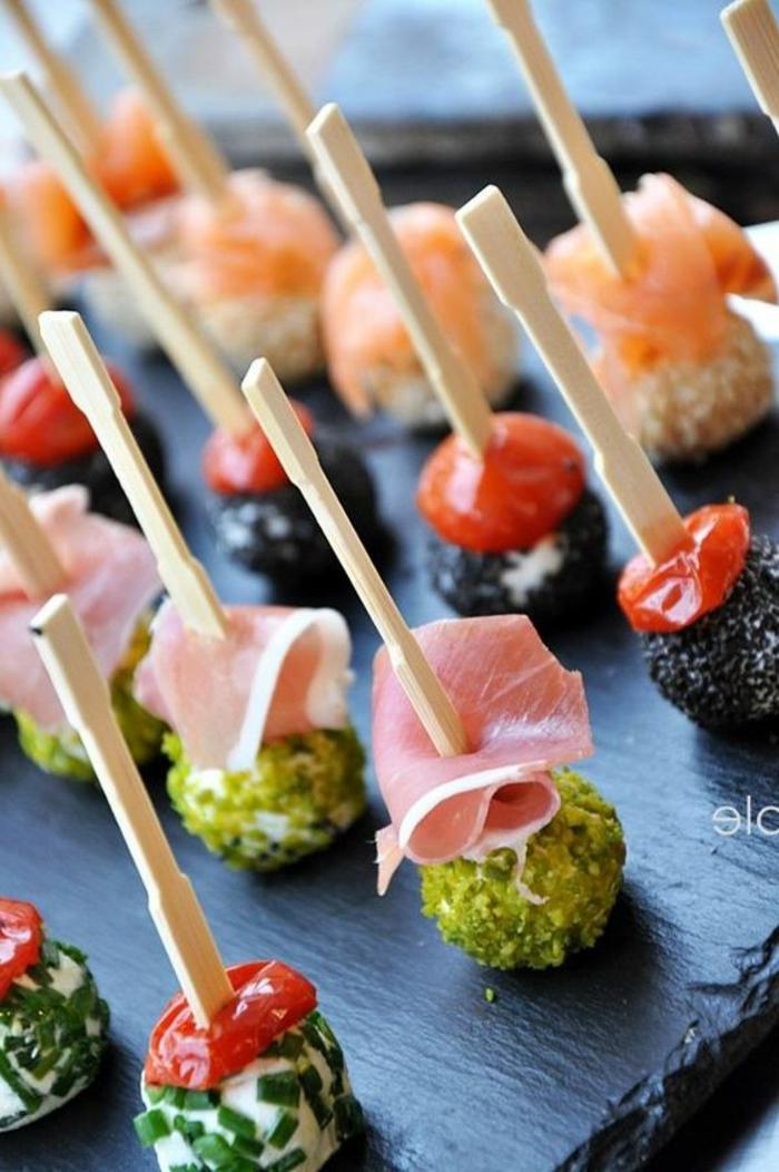 aperitivos sencillos y originales, pinchos con jamón, tomates, cherry, salmón y bolas de queso con semillas y especias