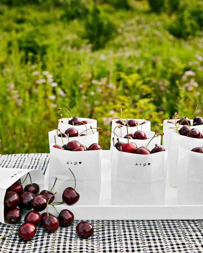 bolsas pesonalizadas con cerezas, originales ideas de detalles para regalar a tus invitados, cómo escoger los detalles de boda