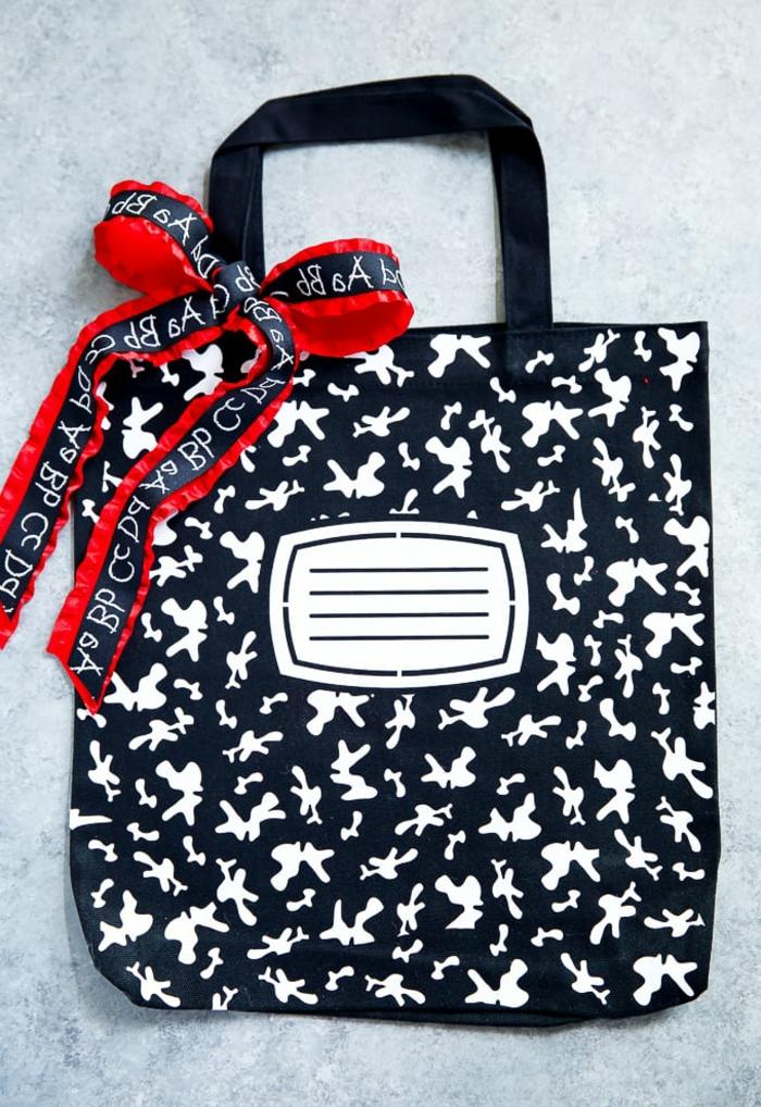 ideas de regalos personalizados para profesores, bolso en blanco y negro tipo cuaderno para regalar a tu maestra