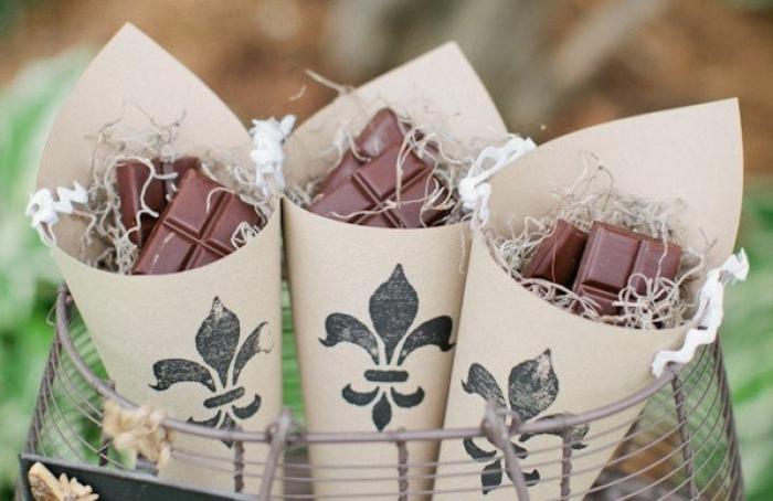 super originales ideas de detalles para regalar, bolsos de papel con bloques de chocolate, regala una sonrisa a tus invitados