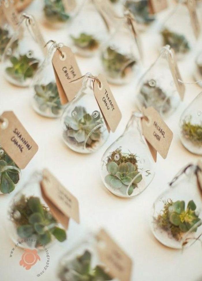 pequeños detalles para regalar en una boda en estilo rústico, plantas suculentas en macetas de bombillas reutilizadas