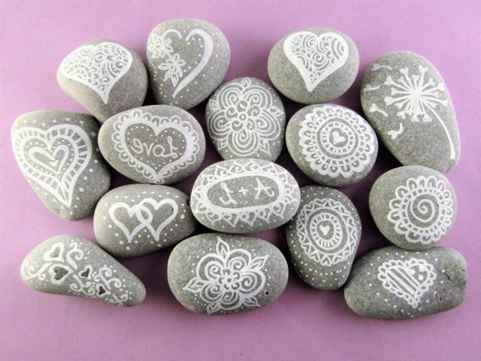 hermosas ideas de detalles para regalar hechos a mano, bonitas piedras pintadas con ornamentos, ideas de regalos hechos a mano