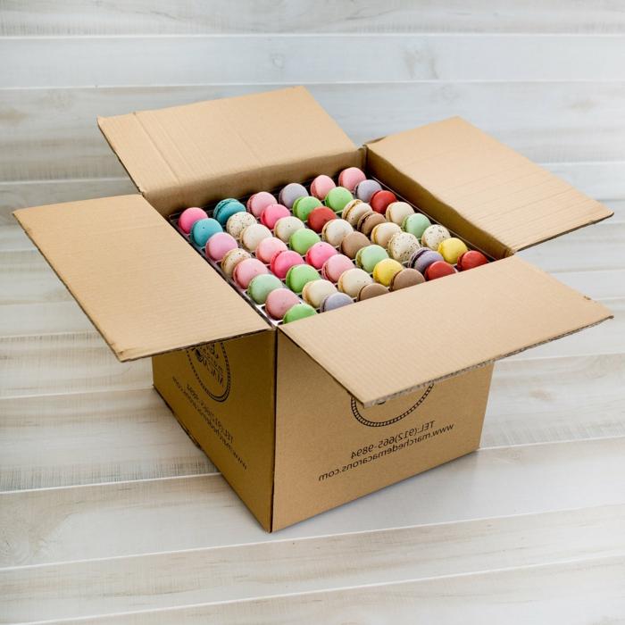 ideas únicas de detalles para regalar, caja llena de macarons, regalos originales y útiles, dulces y golosinas para regalar