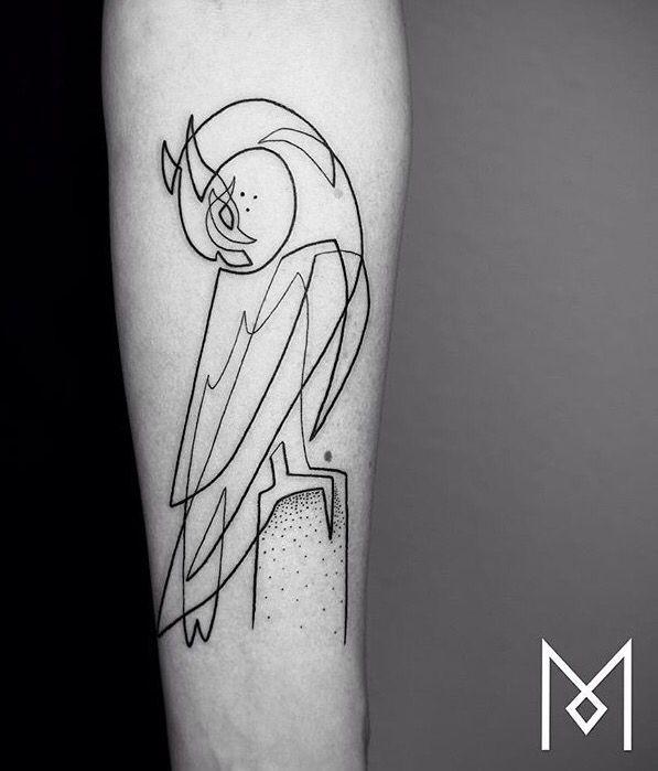 tatuajes de animales originales, diseño de tatuaje lineal loro en el antebrazo, diseños en estilo gráfico, originales ideas de tatuajes