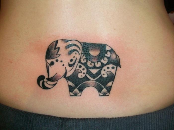 pequeño tatuaje elefante en la nuca, tatuajes que signifiquen sabiduría y suerte, diseños de tatuajes pequeños con animales