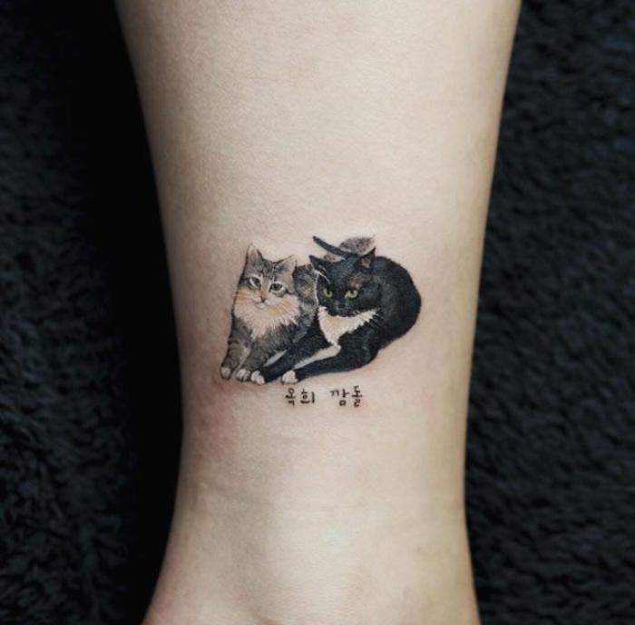 dos gatos tatuado en la pantorrilla, tatuajes originales de mascotas, ideas de tatuajes minimalistas con un significado personal