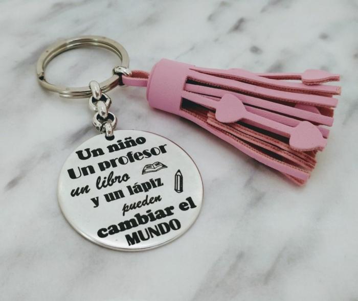 llavero con bonito mensaje y borla de cuero en color rosado, regalos personalizados para profesores, pequeños detalles para regalar
