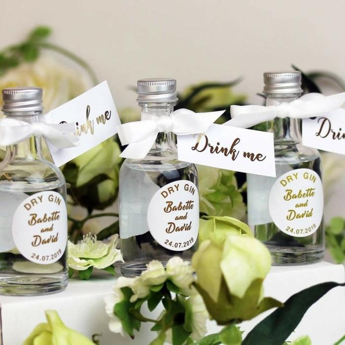 mini botellas con ginebra para regalar a tus invitados, detalles de boda originales, botellas con bebidas exquisitas