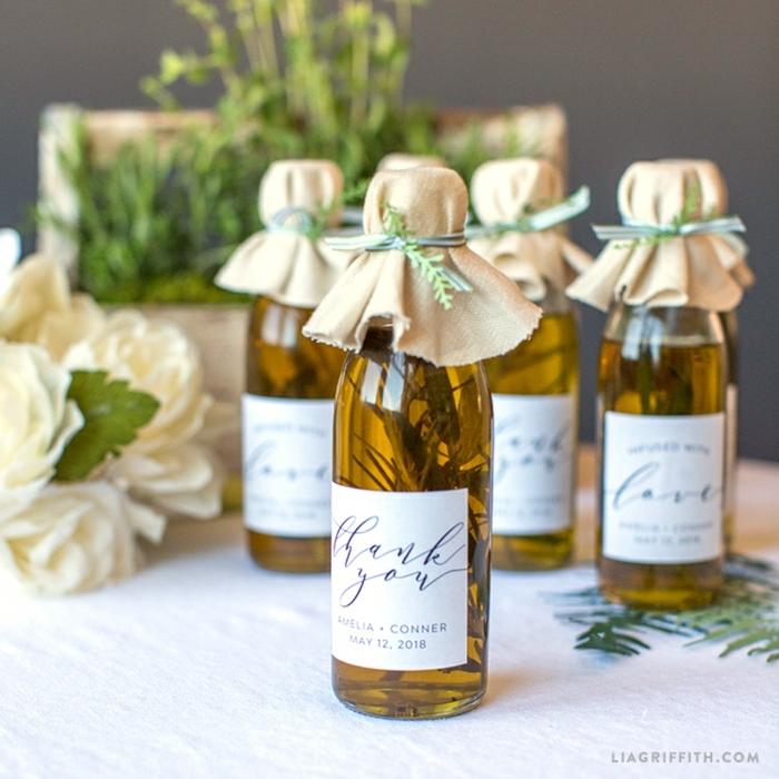 mini botellas personalizas para los invitados de tu boda, detalles de boda originales, ideas para regalar a tus amigos