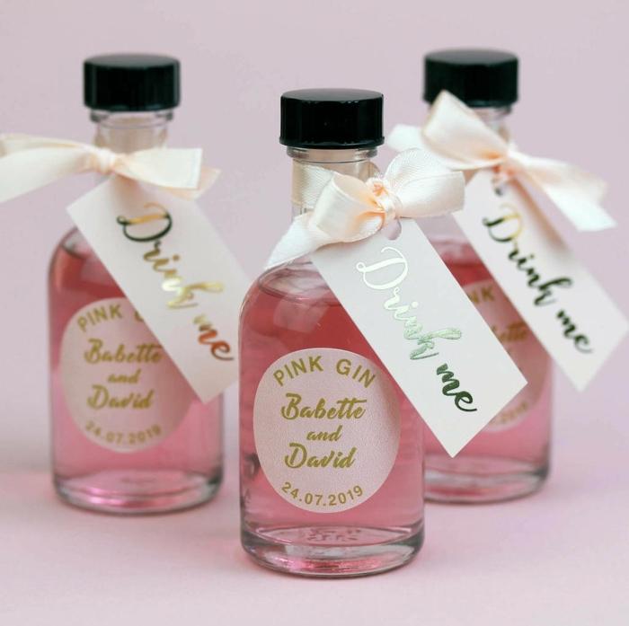 botellas de licores sofisticados con etiquetas personalizadas, regalos únicos para los invitados de tu boda, detalles de boda originales