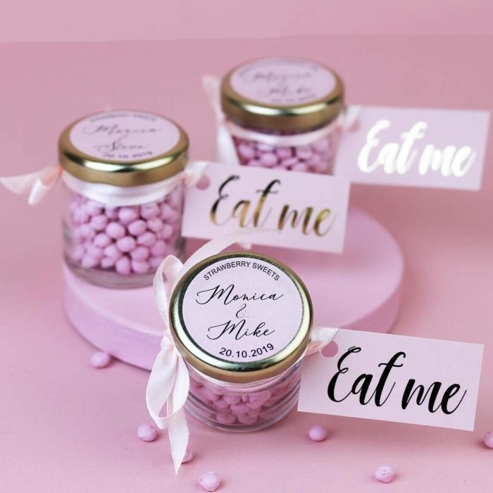 adorables ideas de detalles de boda para mujeres, frascos llenos de dulces y golosinas, caramelos en color rosado para regalar a tus invitados
