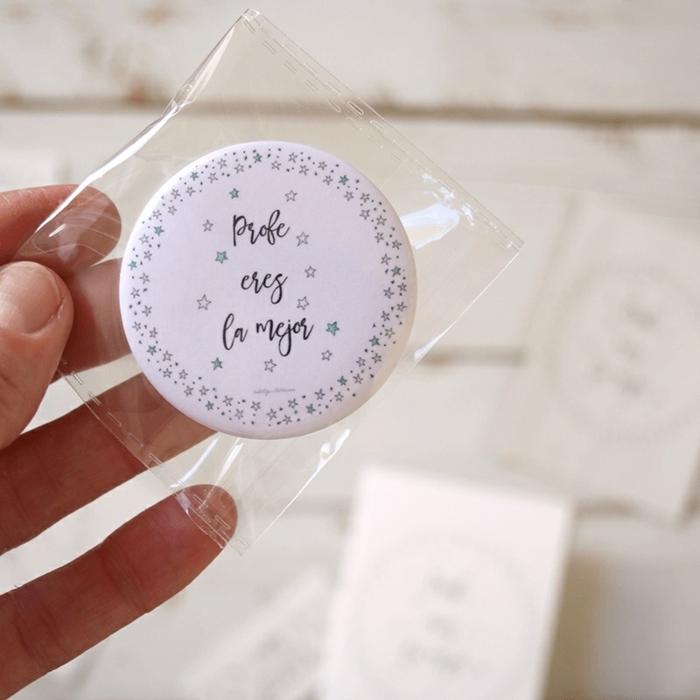 ideas de regalos para maestras de infantil personalizados, pequeños detalles para regalar a tu profe, broche personalizado