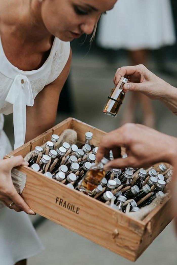 geniales ideas de detalles de boda para hombres y mujeres, mini botellas llenas de alcohol para regalar a tus invitados