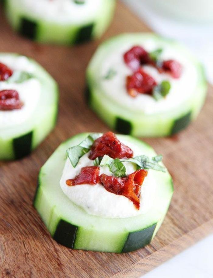 canapés de pepinos con salsa de yogur, pimientos rojos y perejil, canapes sencillos para hacer en casa, canapés fáciles paso a paso