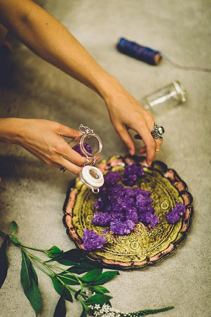 ideas de regalos DIY para tus invitados, frascos de vidrio pequeños llenos de caramelos, detalles de boda para hombres