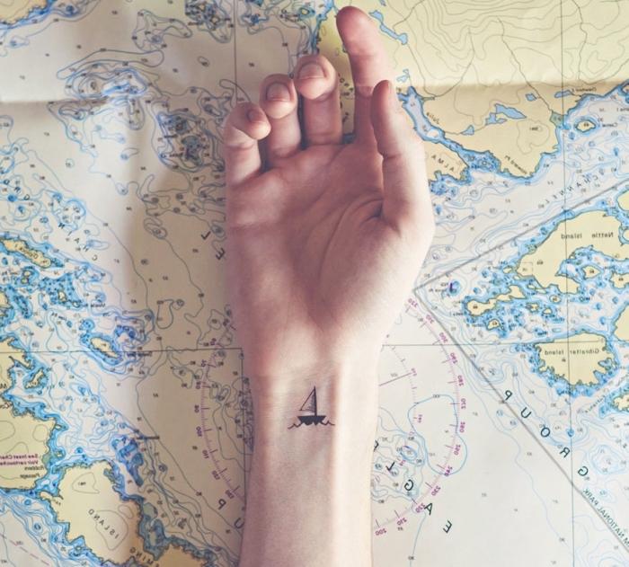 pequeño barco tatuado en la muñeca, tatuajes minimalistas bonitas, tatuaje pequeño en el antebrazo, diseños para los viajeros