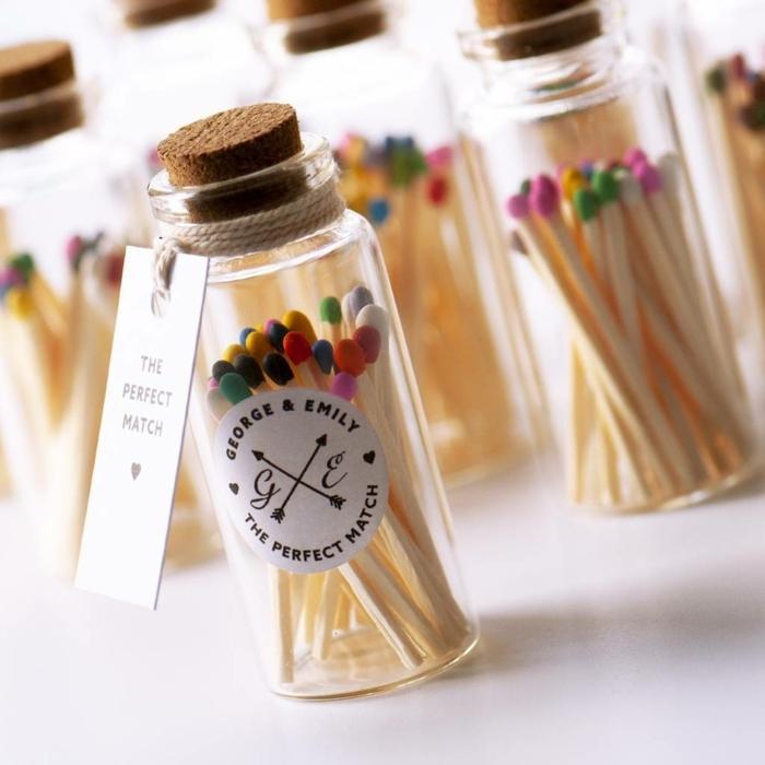 pequeño bote lleno de cerillas en colores, detalles de boda para hombres y mujeres, pequeños regalos simbólicos