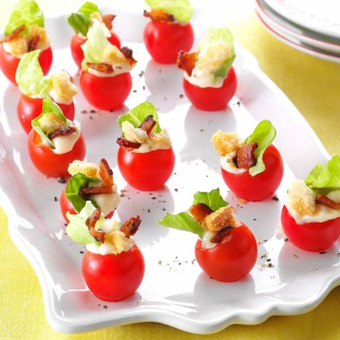 pinchos caseros con tomates cherry, tomates rellenos de queso hundido, tocino y verduras, canapes sencillos para hacer en casa
