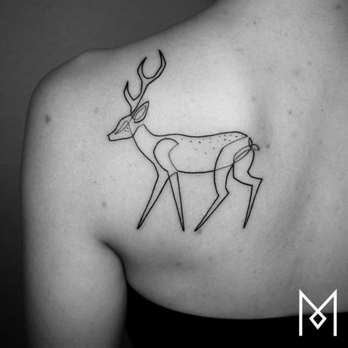 tatuaje ciervo lineal en la espalda, originales tatuajes con una sola linea continua, ideas de tatuajes que signifiquen lealtad