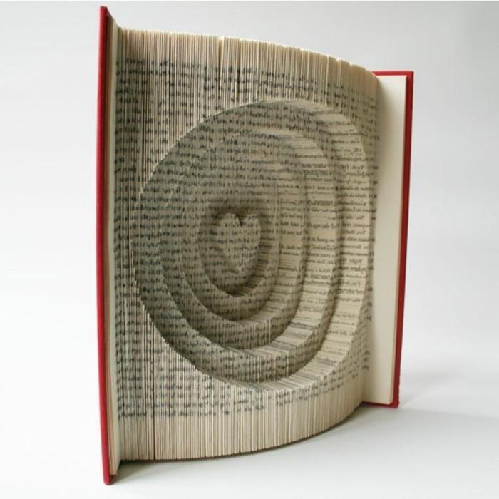 manualidades de papel inusuales y super originales, detalle decorativo para regalar a una boda, libro originales con espirales y corazón