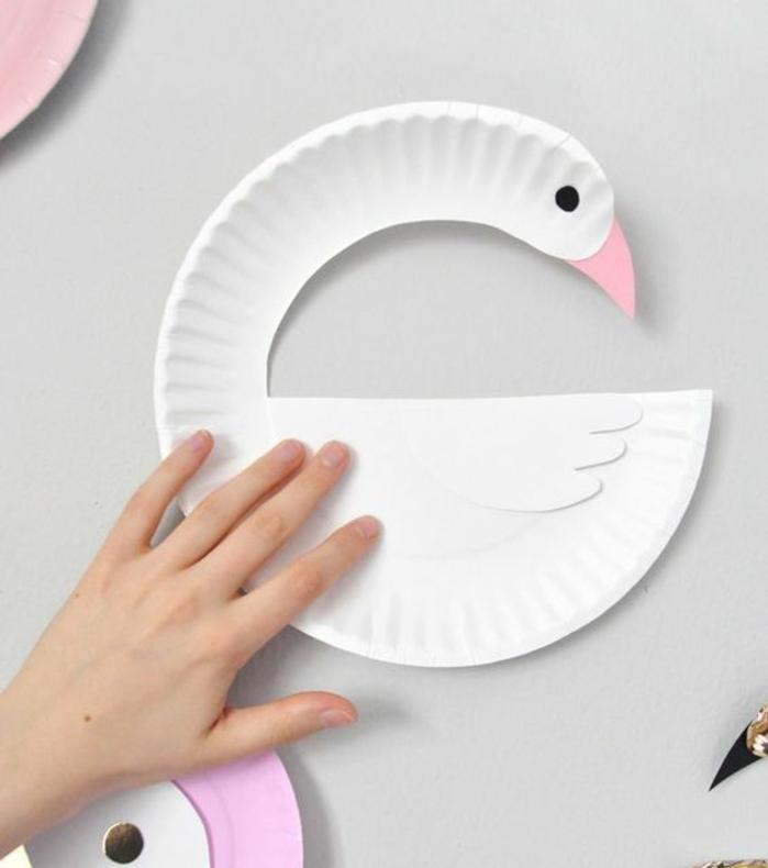 precioso cisne hecho de plato de plástico reciclado, originales ideas de manualidades para niños de 6 a 12 años paso a paso