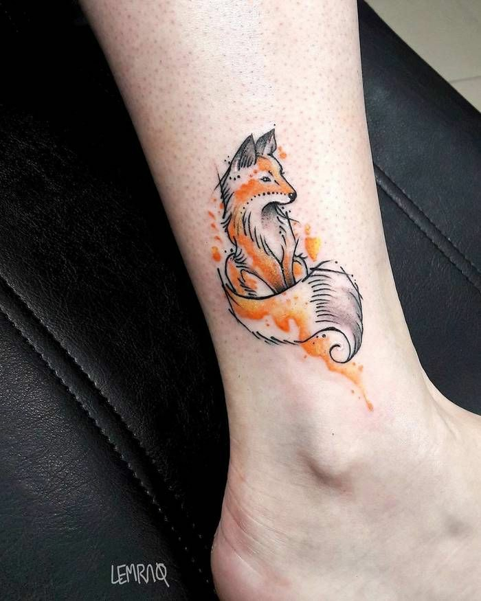 pequeño tatuaje zorro en la pierna, ideas de tatuajes en pintura acuarela, diseños de tatuajes en colores, tatuajes con significado
