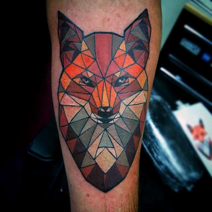 zorro geometrico tatuado en la pierna, ideas de tatuajes originales y bonitos, tatuajes en colores para hombres y mujeres