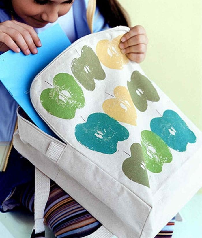 manualidades sencillas para niños y fáciles de hacer, mochilla decorada con huellas de manzanas con pintura en diferentes colores
