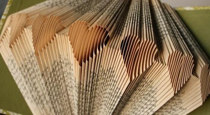 como hacer corazones de papel libro, las mejores ideas de manualidades de papel, ejemplos de manualidades para regalar
