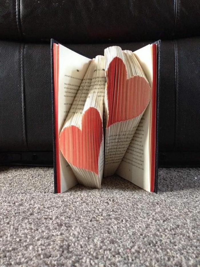 preciosa decoración con plegado libros, ideas de decoración DIY, manualidades para regalar, manualidades de papel para el Día de San Valentín