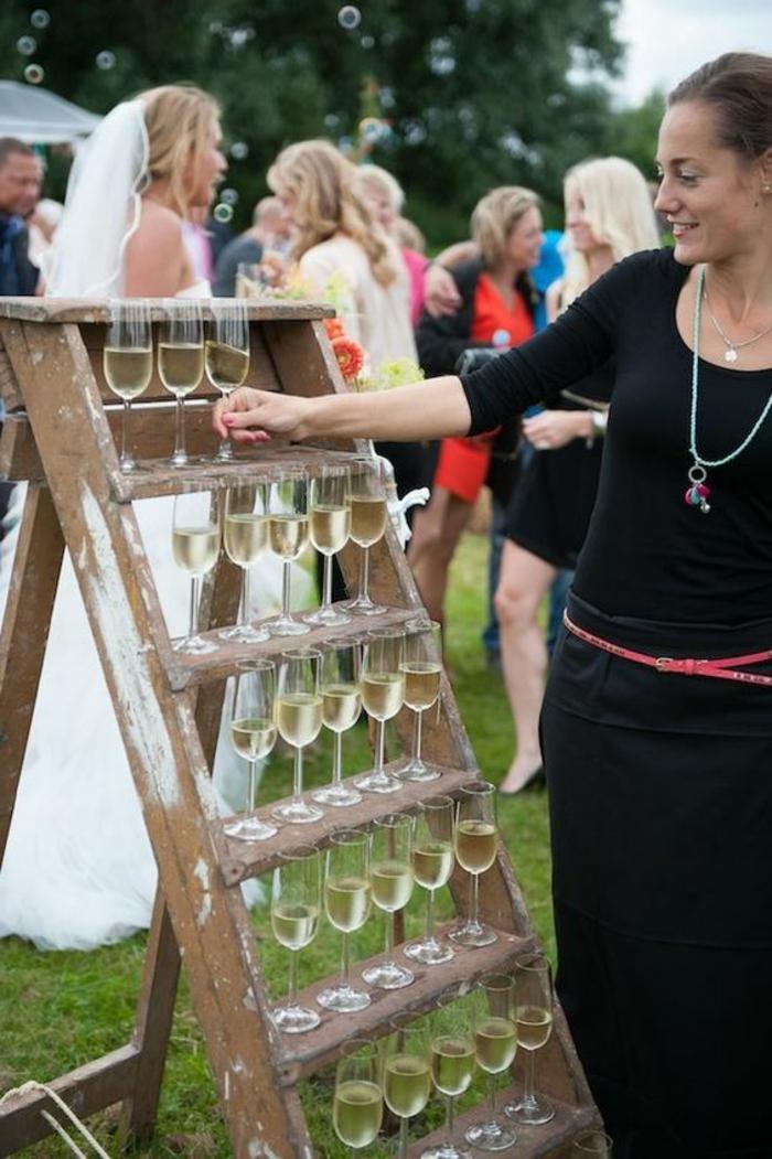 ideas refrescantes para las bodas al aire libre, detalles de boda baratos, copas de vino para regalar a tus invitados