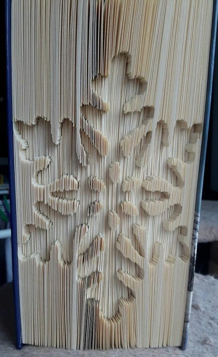 copo de nieve hecho con pliegue de páginas de libros, técnica origami, ideas de manualidades de papel paso a paso