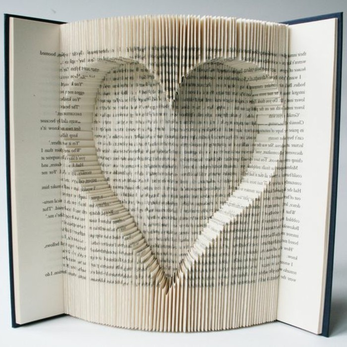 libro corazón con la técnica de plegado de libros, ideas inusuales de libro de artista, ideas de regalos para el día de San Valentín