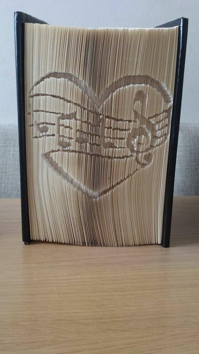 las mejores ideas de regalos de San Valentín para tu pareja, obras de arte con plegado de páginas de libros, ideas de manualidades de papel
