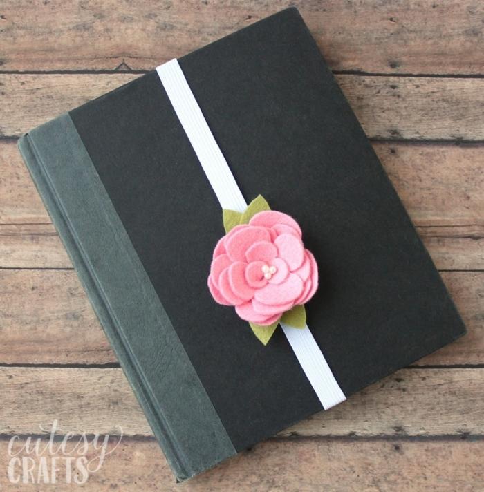 cuaderno decorado con rosa de fieltro, regalos para maestras de infantil hechos a mano, regalos DIY en imagines