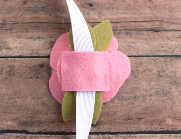 manualidades para regalar originales, regalos para maestras de infantil, flores de fieltro para decorar regalos DIY