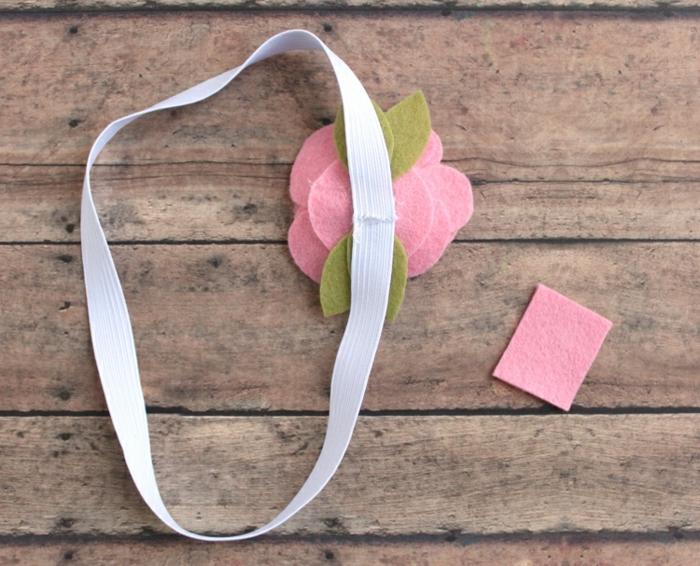 como decorar un cuaderno para regalo, ideas de regalos para maestras de infantil, flores hechos de fieltro en color rosado