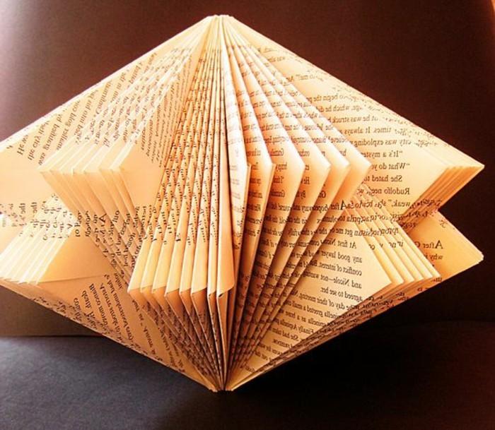detalles hechos de papel periódico y papl de libros, manualidades de papel originales, creaciones de papel únicas en fotos