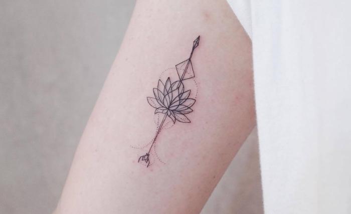 ideas de tatuajes pequeños para mujer, pequeño detalle con flor de loto y flecha, tatuajes pequeños con fuerte significado