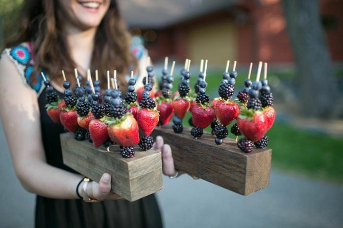 frutas y golosinas para regalar a tus invitados, pinchos de frutas rojas, comidas y bebidas para una boda de verano