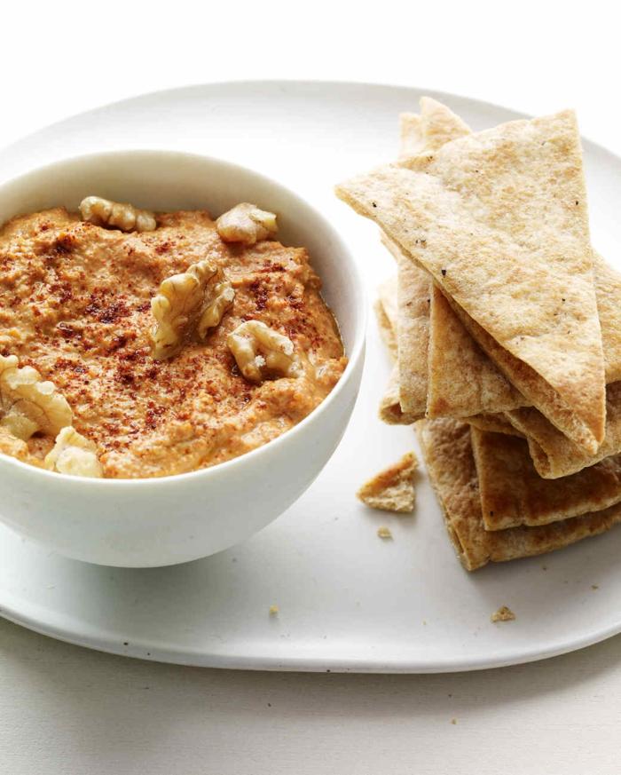 dip casero de hummus con pimienta roja y nueces y pan árabe, entrantes ricos para toda la familia, ideas sobre qué comer hoy