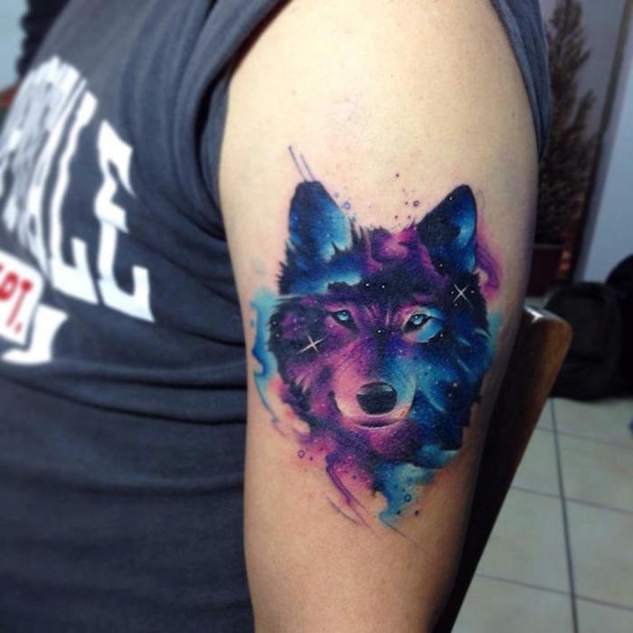tatuajes que signifique fuerza y superación, tatuaje lobo en el brazo en colores originales, diseños de tattoos en acuarela