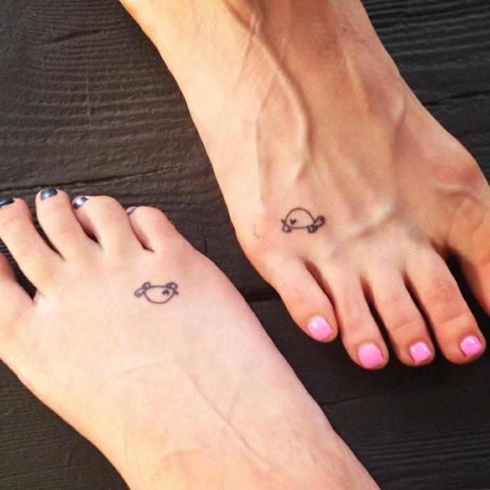 ideas de tatuajes para hermanas y mejores amigas, pequeños detalles tatuados en el pie, adorables propuestas de tattoos tortuga